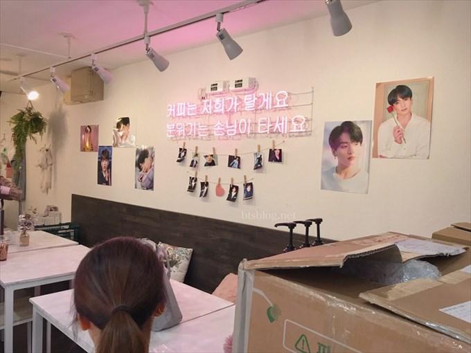 cafecoyの店内はグクの写真を飾っていた